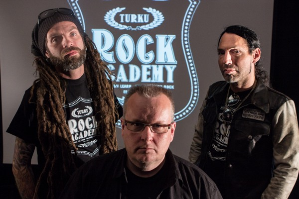 Kuvassa (vasemmalta oikealla) Mark Bertenyi, Rock Academyn toiminnallinen johtaja Tomi Arvas sekä WASP-kitaristi Doug Blair.  Kuva: Antti Ala-Könni