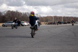 Ennen letkaan liittymistä mopoilijat virittäytyvät tunnelmaan kumia polttaen ja pyörällä keulien. Kuva: Mira Nurmi