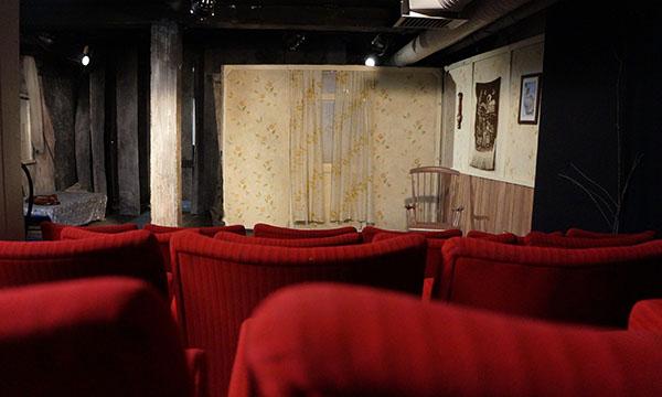 Tällä hetkellä ohjelmistossa on Sirkku Peltolan näytelmä Hevosten keinu. Esitykset jatkuvat Maneerissa aina 13. toukokuuta asti. Kuva: Petra Sundell.