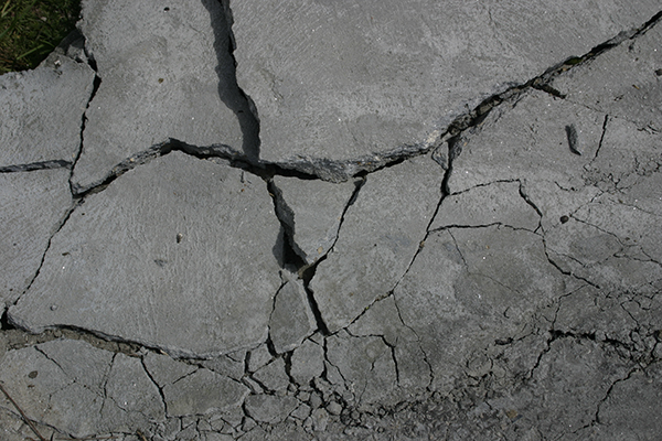 Maanjäristys voi aiheuttaa muun muassa tien pintaan halkeamia. Kuva: morgueFile