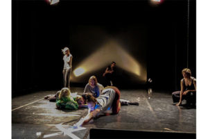 Osallistuvan taiteen työpajan lavalla pääsi vapauttamaan sisäisen näyttelijänsä.