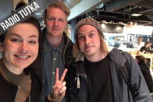 Miikael Arkimo (kesk.) ja Juho Hirvonen muodostavat puolet suomenkielistä pop-rockia soittavasta MIKSU-yhtyeestä.