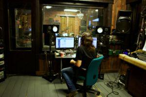 V.R. Studion asiakaskunta koostuu pääasiassa rockbändeistä.
