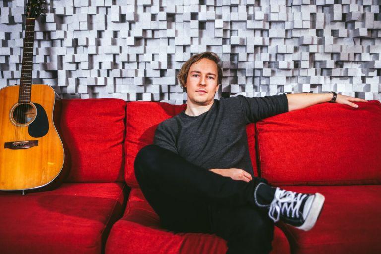 Joonathan Kettunen tekee tuottajan töiden lisäksi myös omia kappaleita. Kuva: Anna Liukas