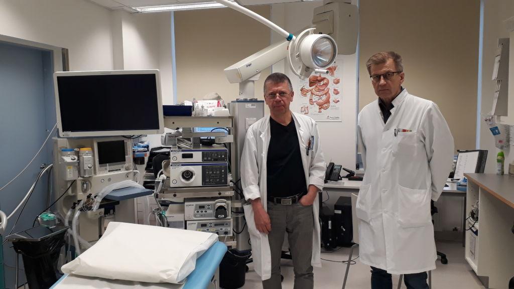 Jarmo Oksi (vas.) ja Markku Voutilainen (oik.) kertovat ulosteensiirron tapahtuvan tähystystutkimuksessa kuva: Annika Varpe