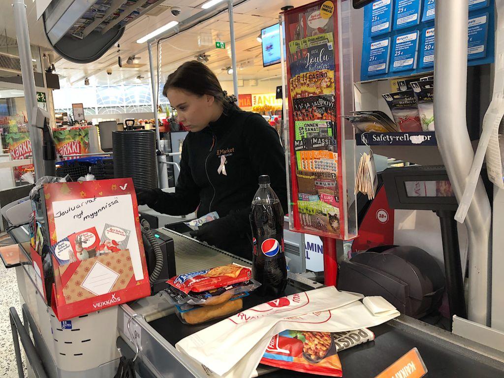 Essi Björninen on töissä levottomassa kaupassa, jossa näkee kaikenlaista. Kuva: Juulia Rikala
