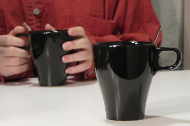 Asioista keskusteleminen hoituu rennosti vaikka kahvipöydässä. (kuva: Minna Ylijoki)