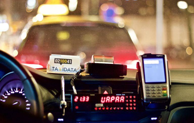 Taksikuskit voivat jäädä joskus jopa tunneiksi ilman asiakkaita. (Kuva: Saana Sjöblom)