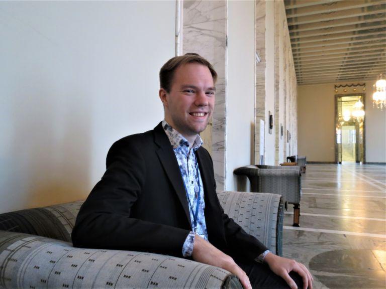 Eduskunta-avustaja Sakari Tuomisto on tällä hetkellä tyytyväinen työhönsä eduskunnassa. (Kuva: Linda Lähdeniemi)