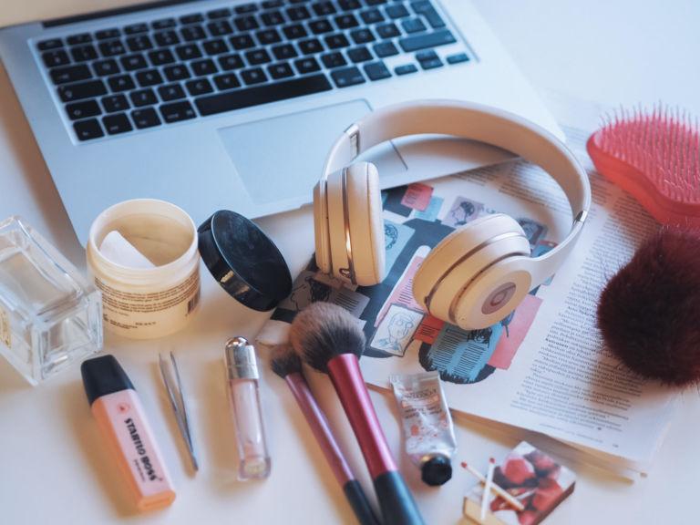 ASMR:ssä aistielämyksiä voivat laukaista esimerkiksi pinsettien, hiusten harjauksen, lehden sivujen kääntelyn tai tulitikun sytyttämisen aiheuttamat äänet / Kuva: Sofia Väänänen