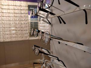 Suomessa silmälaseista ei ole pulaa ja valinnanvaraakin löytyy. Kuva: Karita Pakarinen