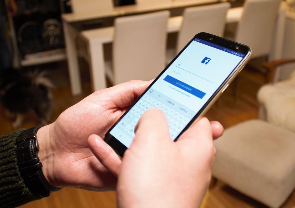 Älypuhelimella sosiaalisen median käyttö onnistuu leikiten. Kuva: Essi Karlsson