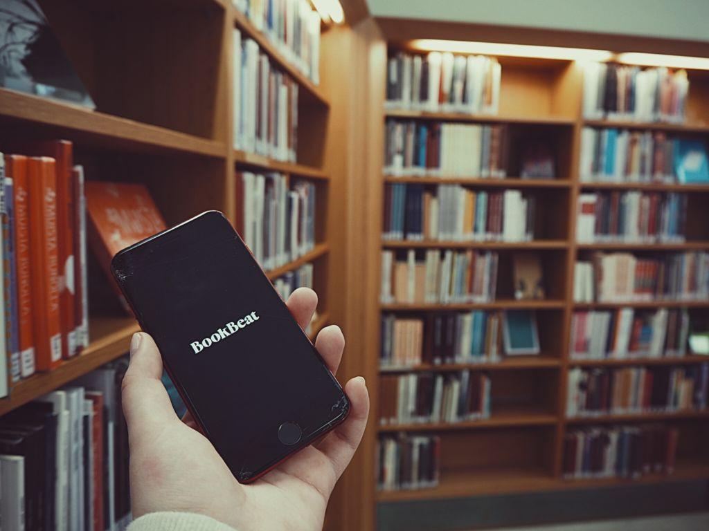 Äänikirjat tarjoavat mahdollisuuden kuunnella kirjoja kätevästi omasta mobiililaitteesta. Kuva: Juulia Rikala
