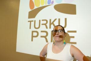 Minna Sumelius toimii Turku Priden tapahtumakoordinaattorina. (Kuva: Laura Forsén)