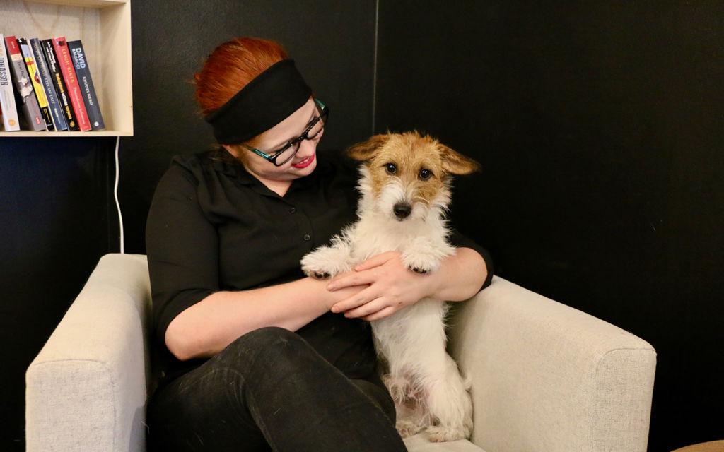 Yrittäjä Anna Saarella on tapana ottaa Onni-koira mukaan töihin. Kuva: Saana Sjöblom-Hasselblatt