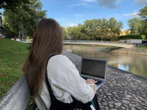 Paikkariippumaton opiskelu mahdollistaa oman oppimisympäristönsä valitsemisen. Kuva: Sofia Väänänen