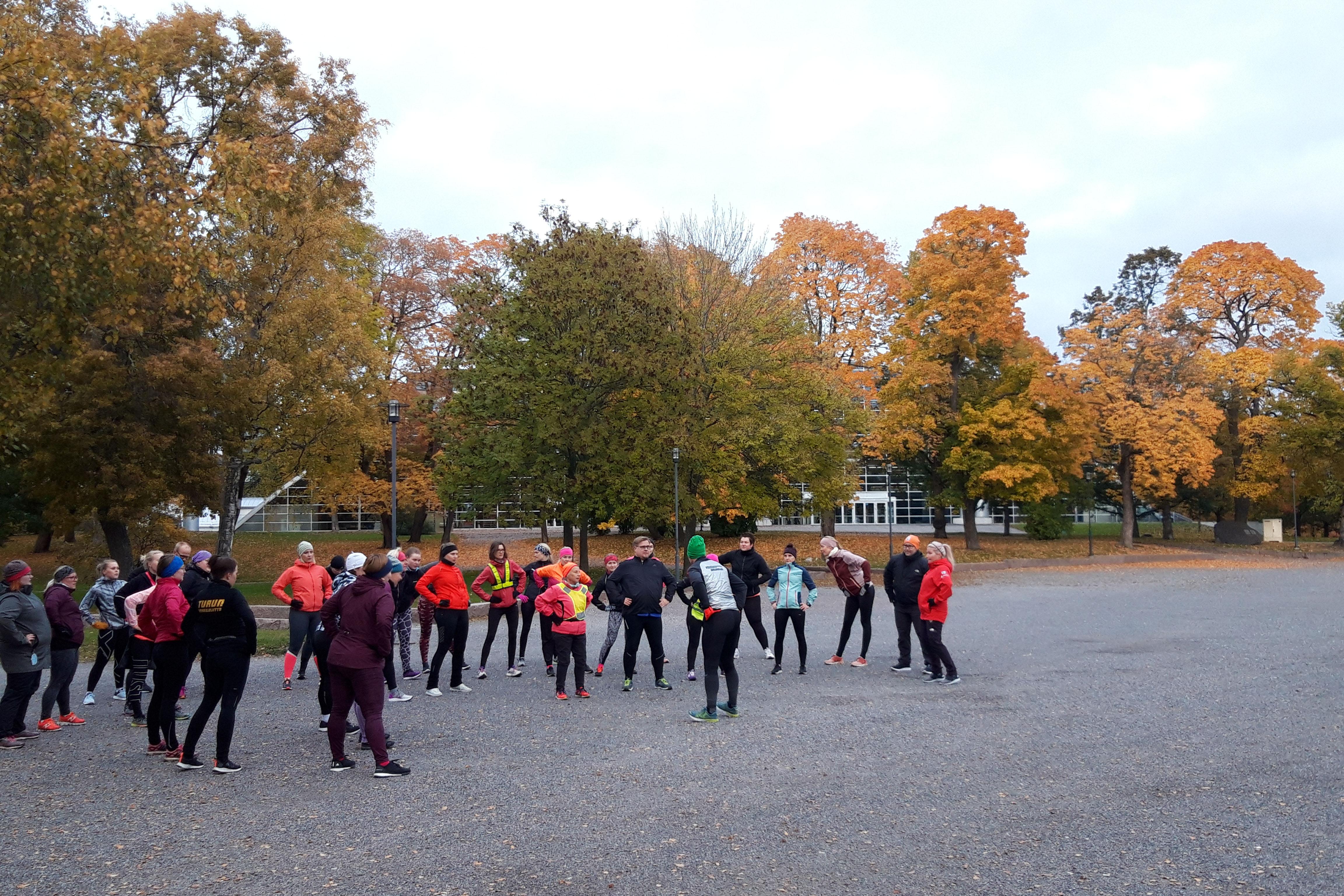 Vauhtisammakon juoksukoulu treenaamassa Kupittaan puistossa. Kuva: Essi Karlsson