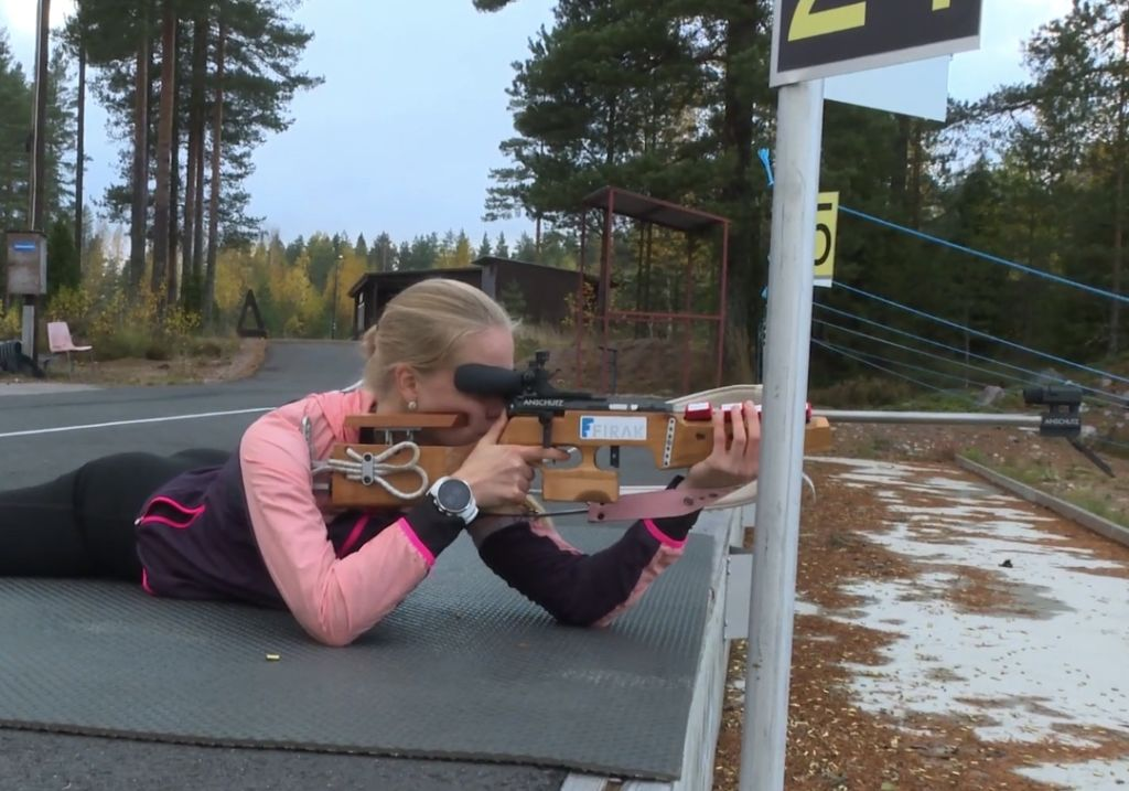Essi Leikas harjoittelee makuulta ampumista ampumahiihtoradalla.