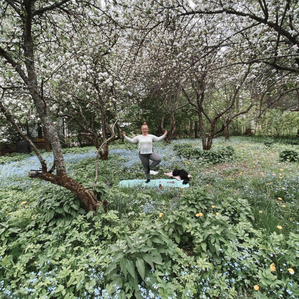 Joogaa puutarhassa.