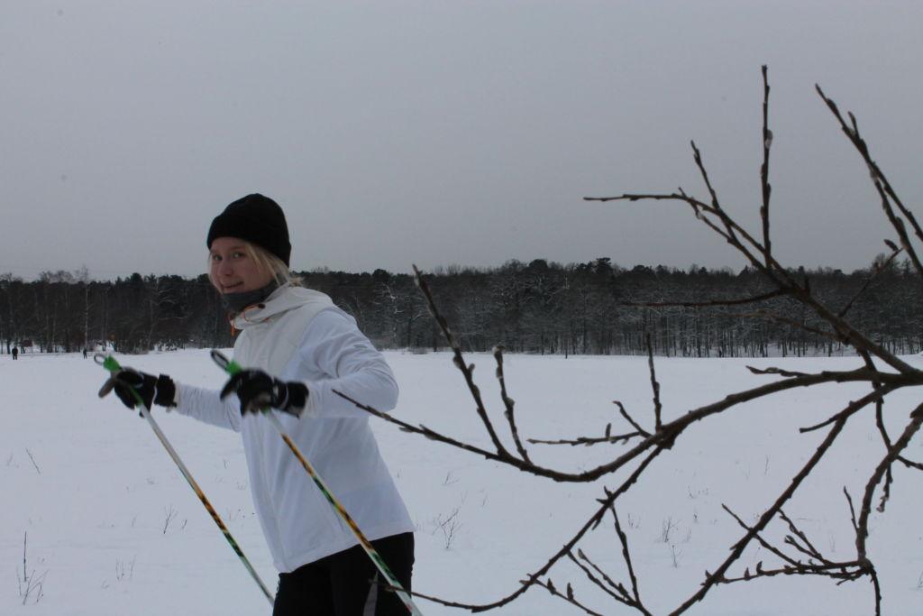 Sofia Pitkänen hiihtää Ruissalon maastossa