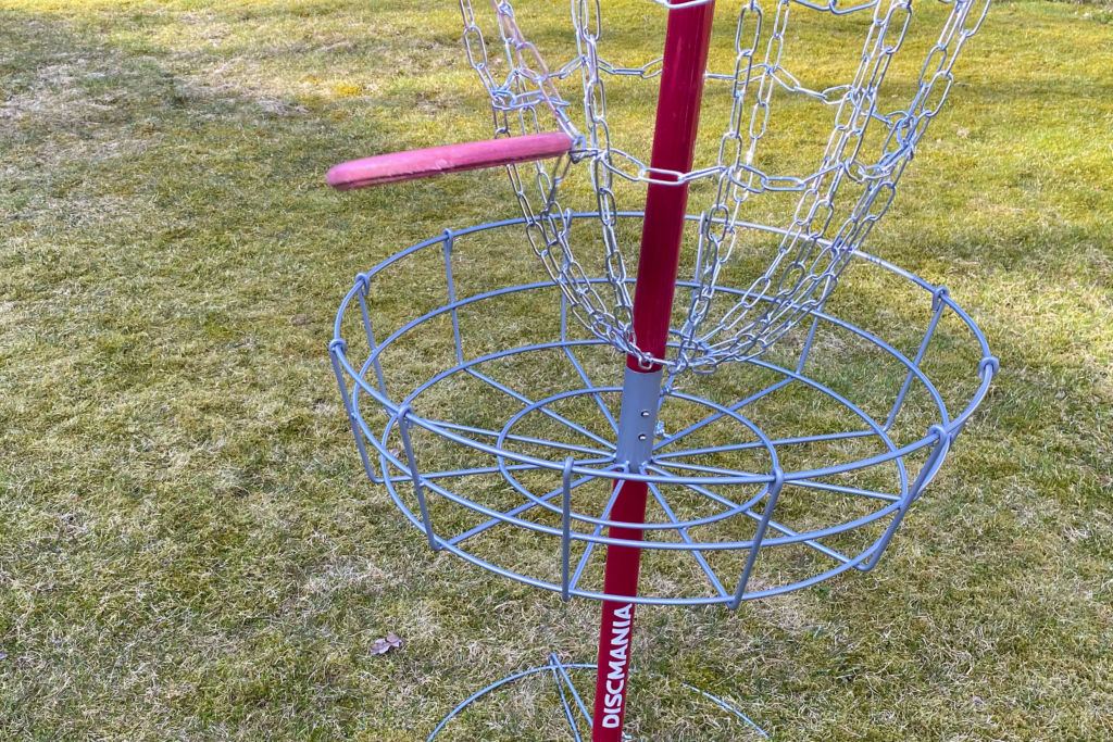 Frisbeegolfkiekko lentää koriin.