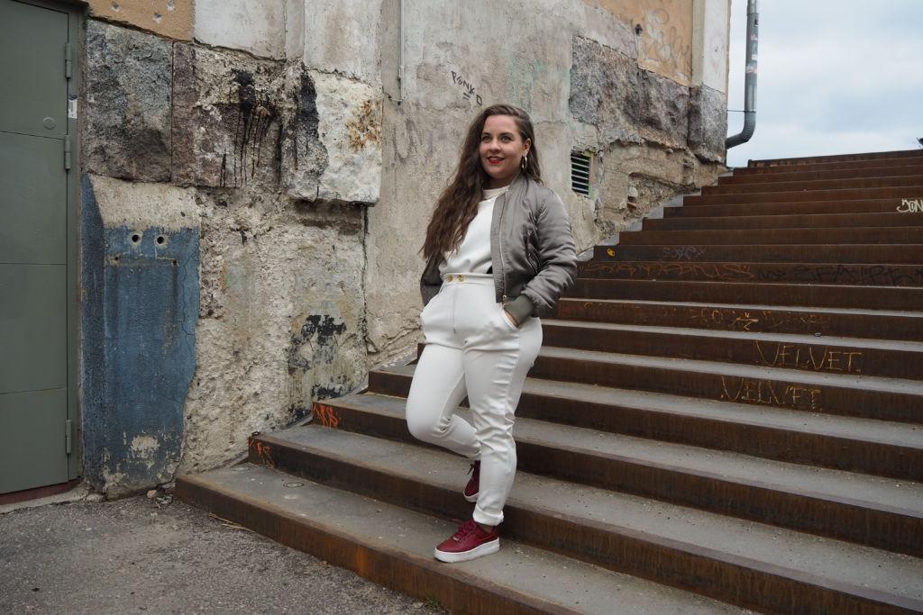 Kuvassa Sanna Laine portaissa