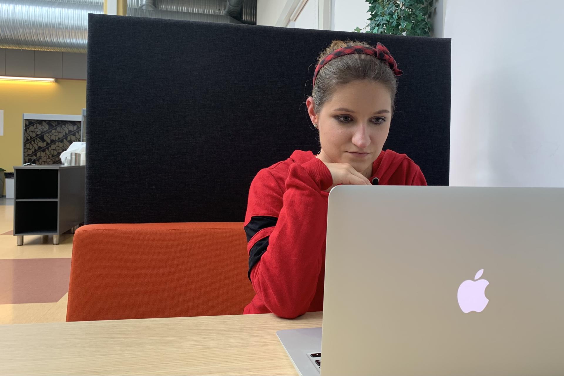 Anna Hämäläinen on toisen vuoden mainonnan suunnittelun opiskelija. Kuva: Saga Tanner