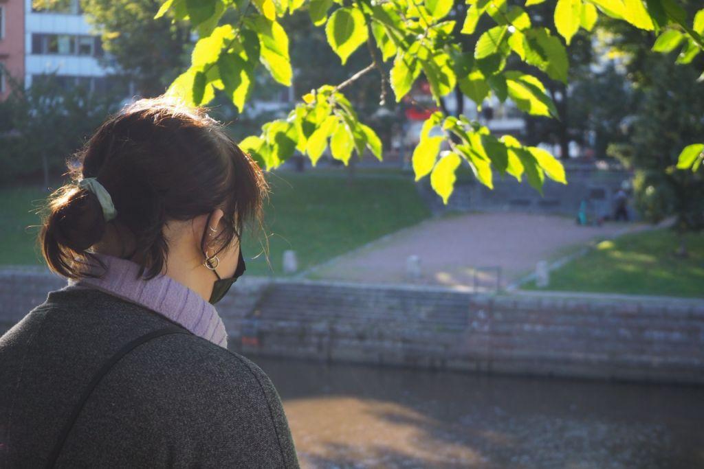 Nainen katsoo jokea.