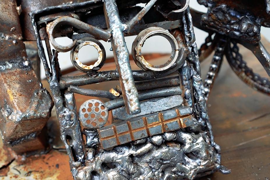 Metallista valmistettu taideteos