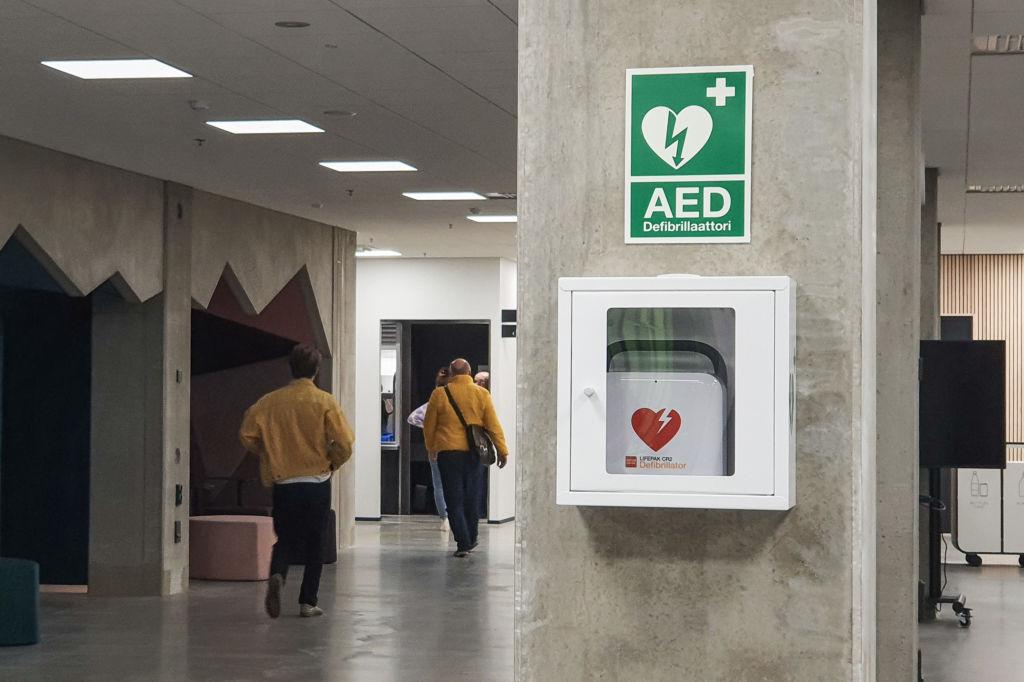 Suomalaiset arastelevat defibrilaattorin käyttöä. Kuva: Stella Hag