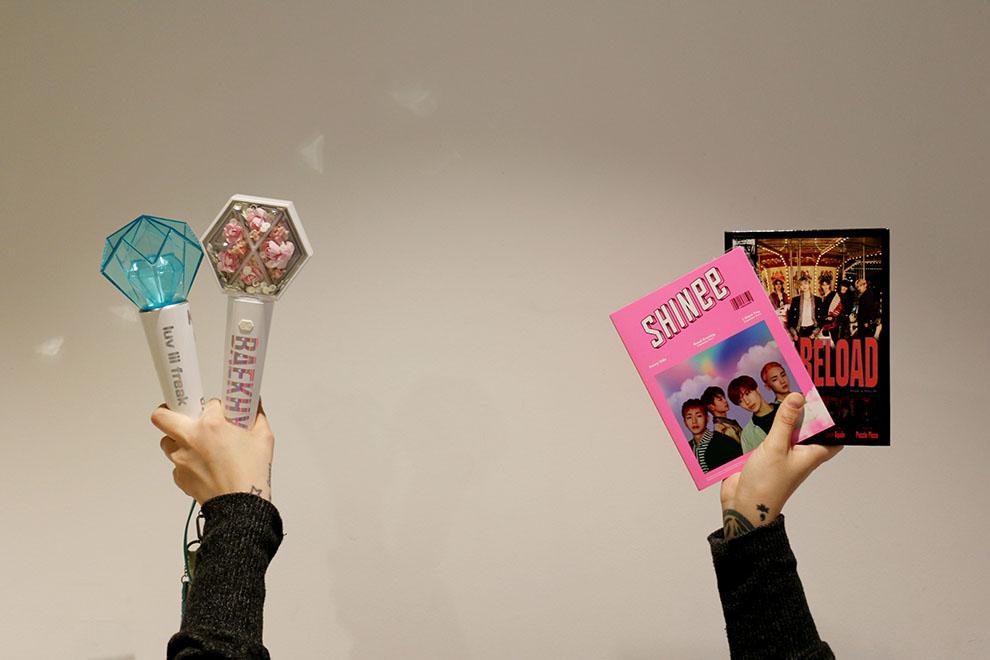 K-pop kulttuuriin kuuluu olennaisesti levyjen ja fanituotteiden keräily. Kuva: Hanna Levänen