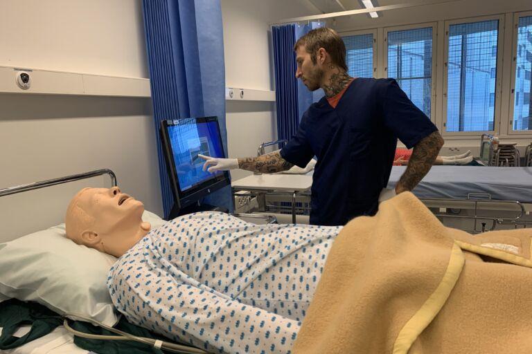 Sairaanhoitajaopiskelija operoi Anne-nuken kanssa  Kuva: Viktor Brenner